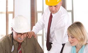 正在讨论问题的建筑工程师