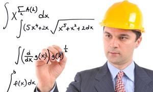 正在手写数学公式的建筑工程师