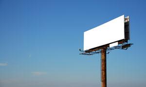 蔚蓝天空矗立着的广告牌图片