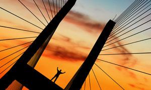 成功人士剪影悬浮桥高清图片