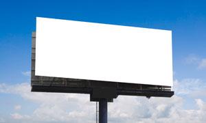 蓝天下的户外广告牌高清图片