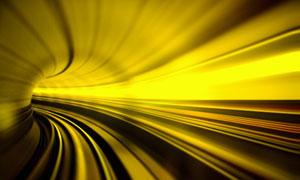 快速行进在隧道里的情景图片