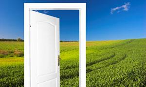 开着的房门与草原风光图片