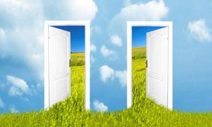 两扇打开着的房门创意图片