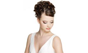皮肤白皙美女盘发展示高清摄影图片
