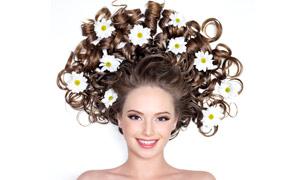 卷发美女人物与白色花朵高清摄影图片