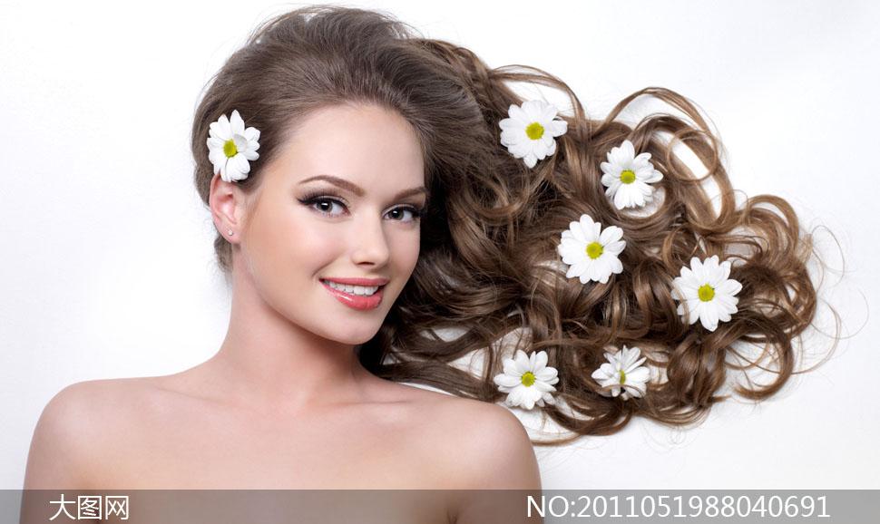 卷曲头发美女与鲜花高清摄影图片