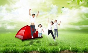草地上的幸福家庭人物PSD分层素材