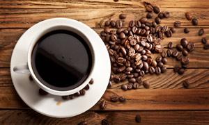 咖啡豆与杯子木板高清摄影图片