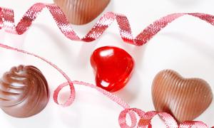 巧克力桃心糖果与丝带高清摄影图片