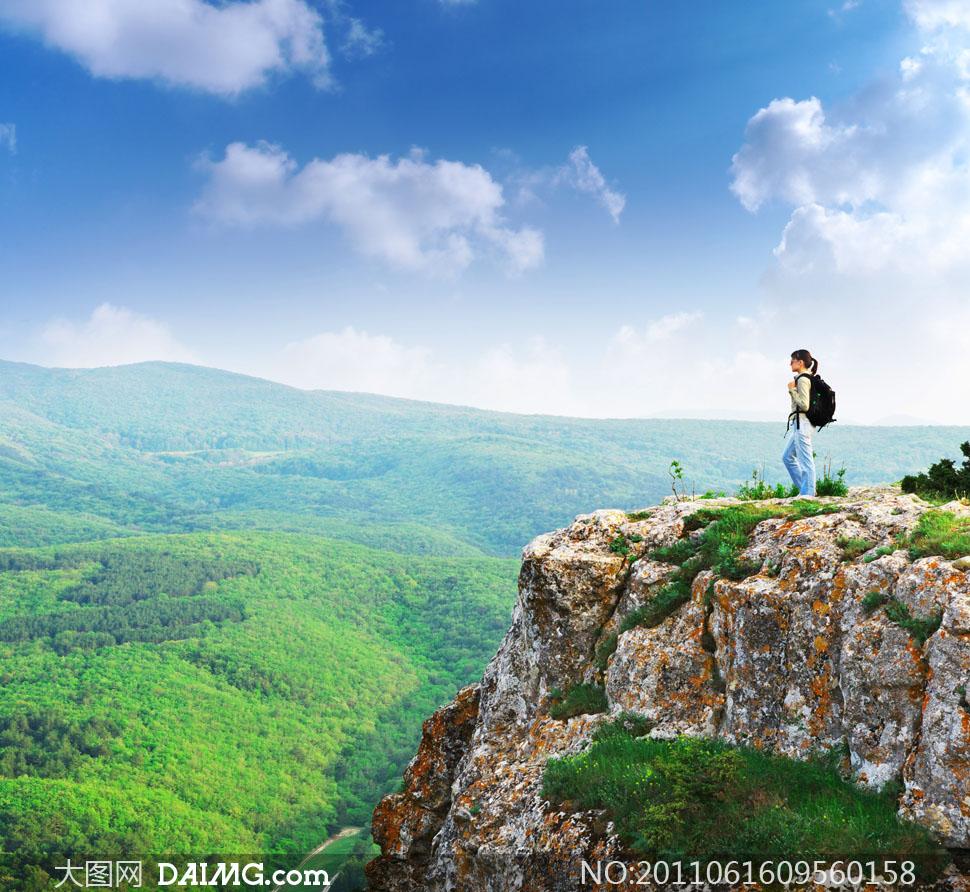站在山顶上的登山旅行者摄影图片