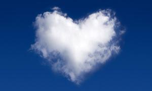 心形白色云朵创意高清摄影图片