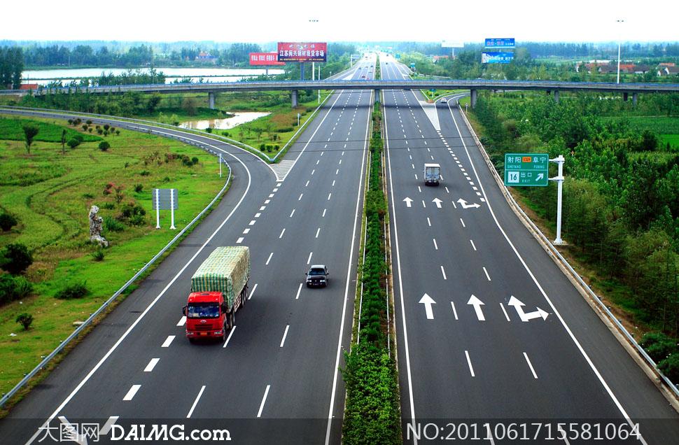 在高速公路上突遇障碍物应该怎么办?
