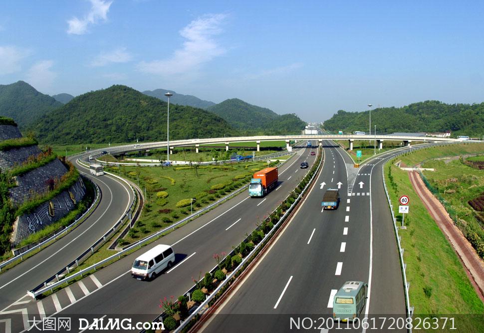 蓝天下的高速公路实景高清摄影图片