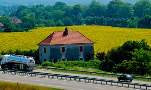 高速公路边的自然风景高清摄影图片