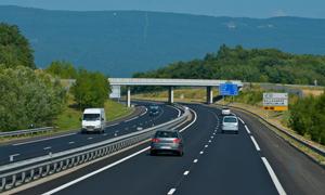高速公路上行驶的车辆高清摄影图片