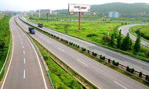 行驶在高速公路上的车辆高清摄影图片