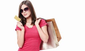 手持卡片的购物美女人物高清摄影图片