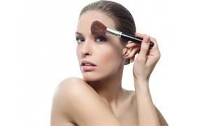 正在化妆的美女人物高清摄影图片