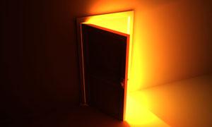 开着的门透射进金黄色光芒高清图片