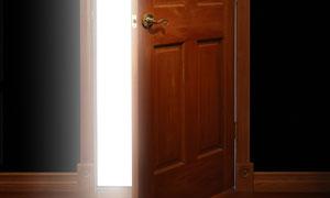 开着的房门与发光效果高清图片