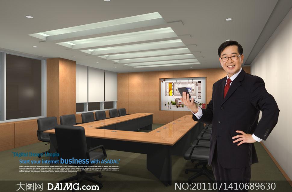 会议室里叉着腰的商务男人PSD分层素材