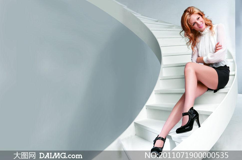 模特楼梯坐着展示女鞋高清图片
