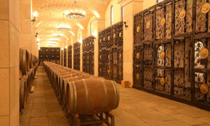 地下酒窖和橡木桶高清图片