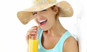 喝橙汁的美女人物高清摄影图片