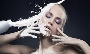 泼在美女头上的牛奶高清创意摄影图片