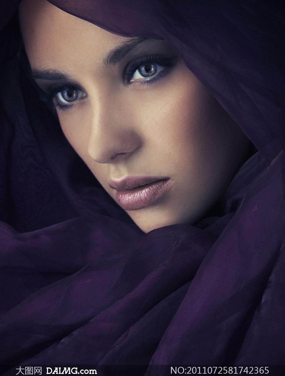 紫色纱巾围起来�...