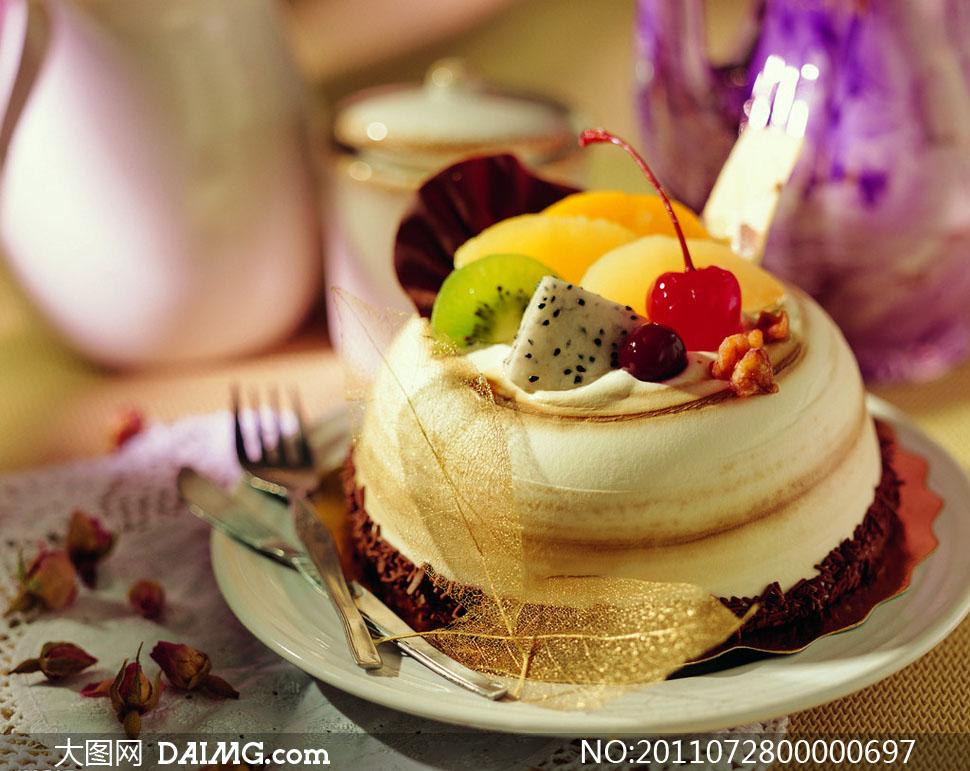蛋糕美食蛋糕餐饮美食摄影盘子叉子玫瑰花
