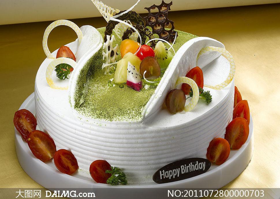 插着水果的生日蛋糕摄