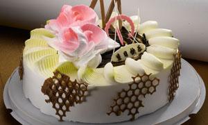 玫瑰花形状奶油蛋糕摄影图片