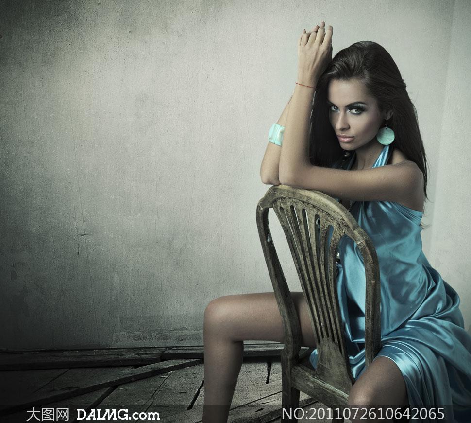 倒坐在椅子上的外国美女高清摄影图片