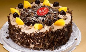 芒果和巧克力生日蛋糕摄影图片