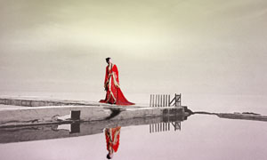 扭头远望天空的古典美女人物PSD分层素材