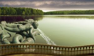 喷水雕塑与湖边自然风光PSD分层素材