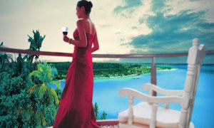 手拿酒杯的红衣女子PSD分层素材