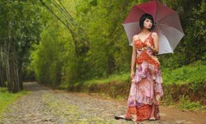 打着伞在公园小路散步的美女图片