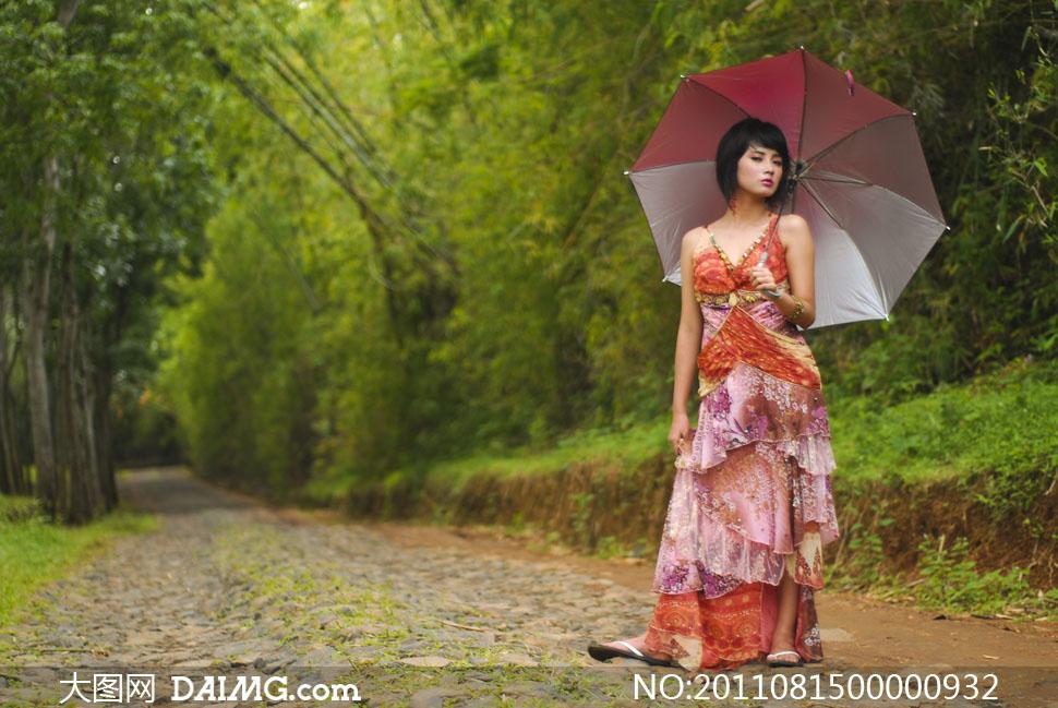 打着伞在公园小路散步的美女图片 大图网设计