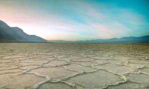 山脚黄土地摄影图片
