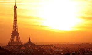 朝阳中的巴黎埃菲尔铁塔高清摄影图片