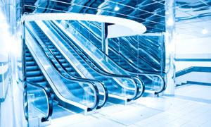 灯光照明下的自动扶梯高清摄影图片