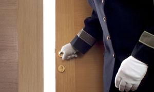 正在开启房门的服务生高清摄影图片