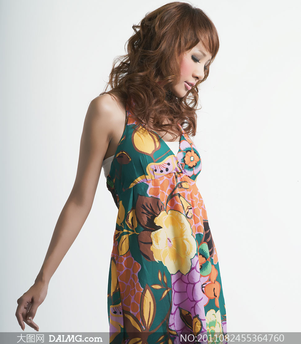穿大印花吊带裙美女人物高清摄影图片 大图网
