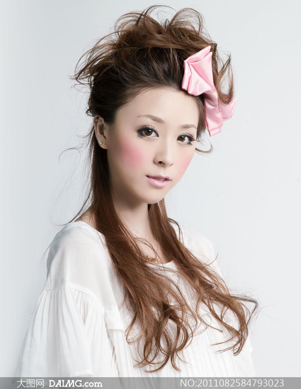 粉色蝴蝶结头饰装扮的美女人物高清摄影图片