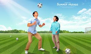 在绿茵场上玩足球的父子俩PSD分层素材
