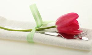 用丝带系住的郁金香与刀叉高清摄影图片
