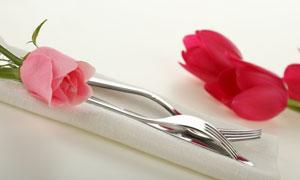 玫瑰花郁金香与刀叉高清摄影图片